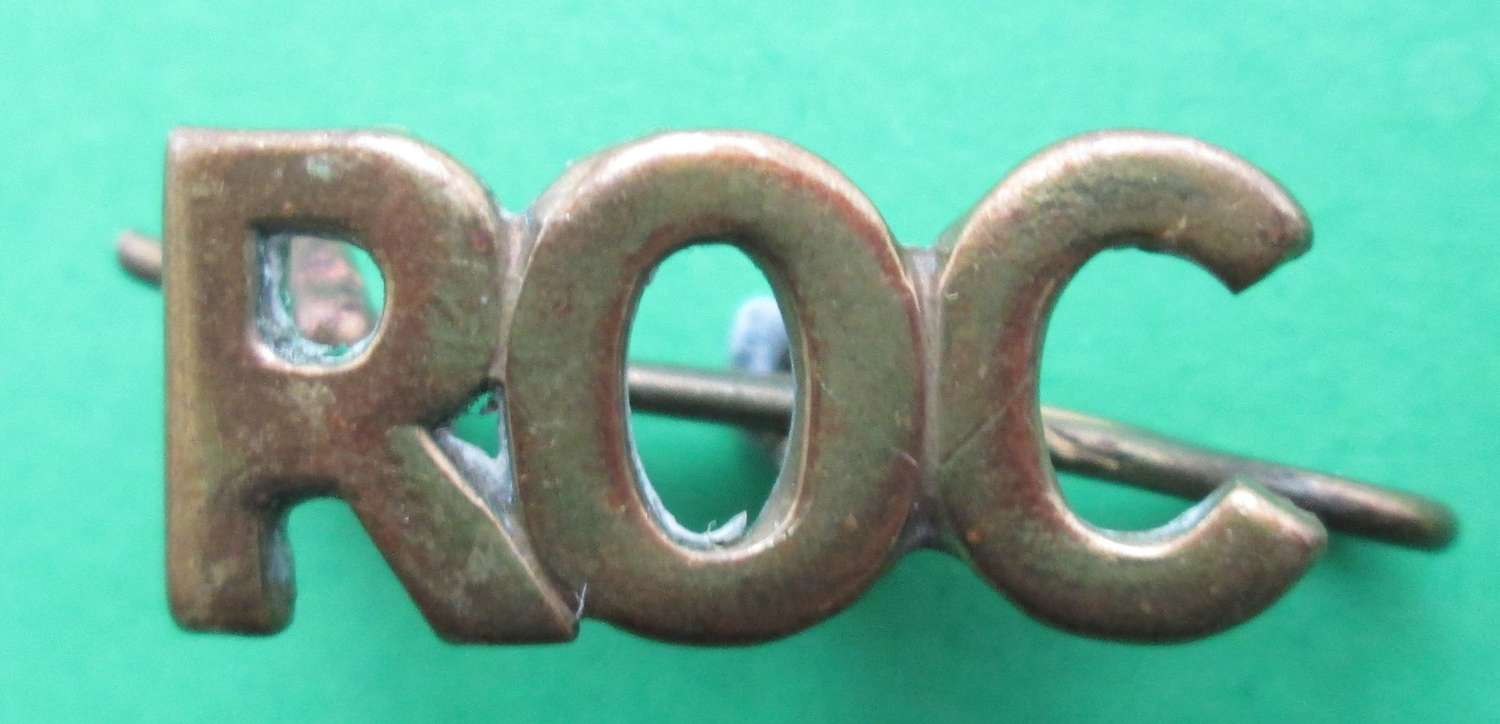 A LATE WWII ROYAL OBSERVER CORPS SHOULDER TITLE IN BRASS
