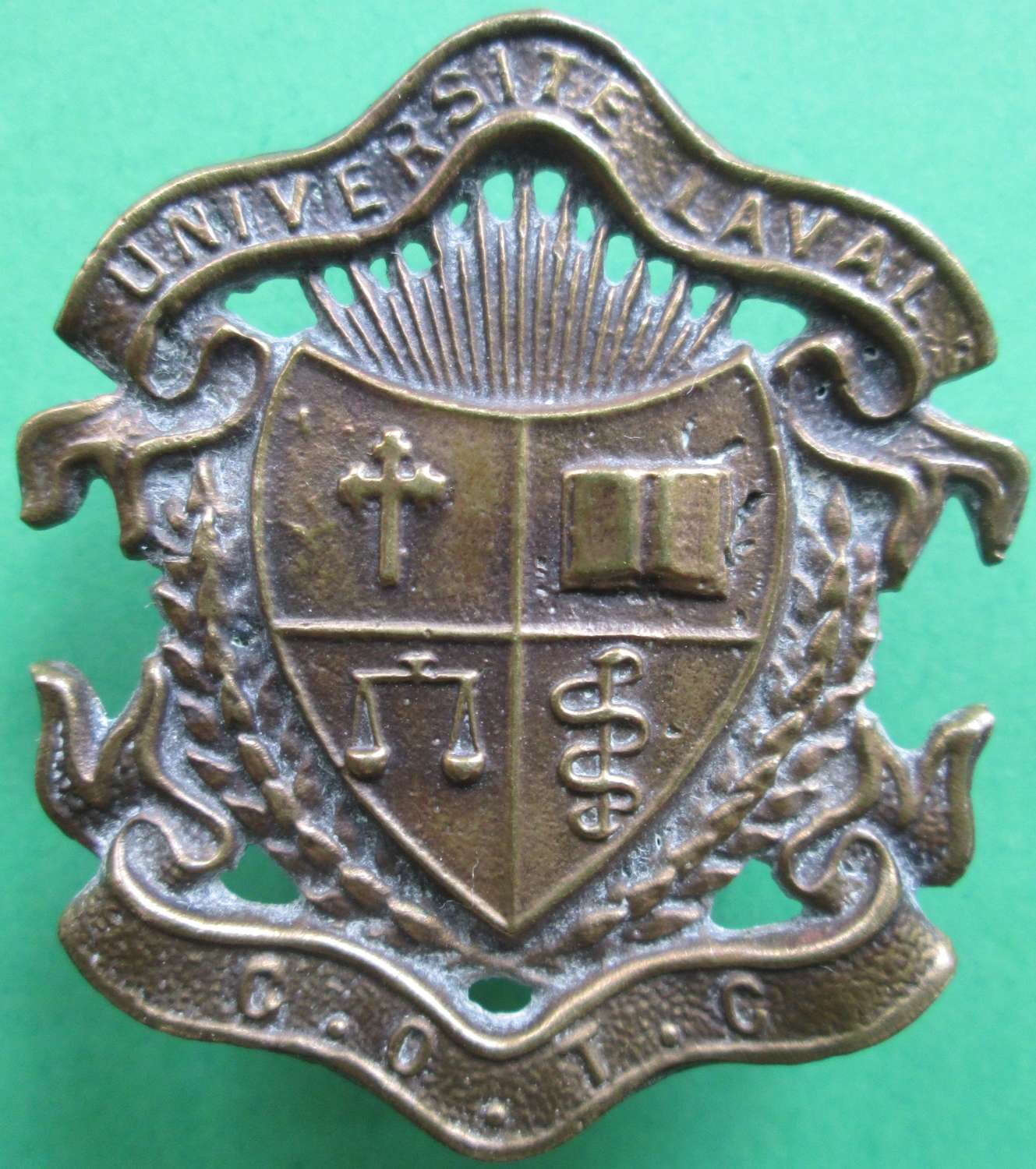 A CANADIAN OFFICER'S TRAINING COLLEGE CAP BADGE