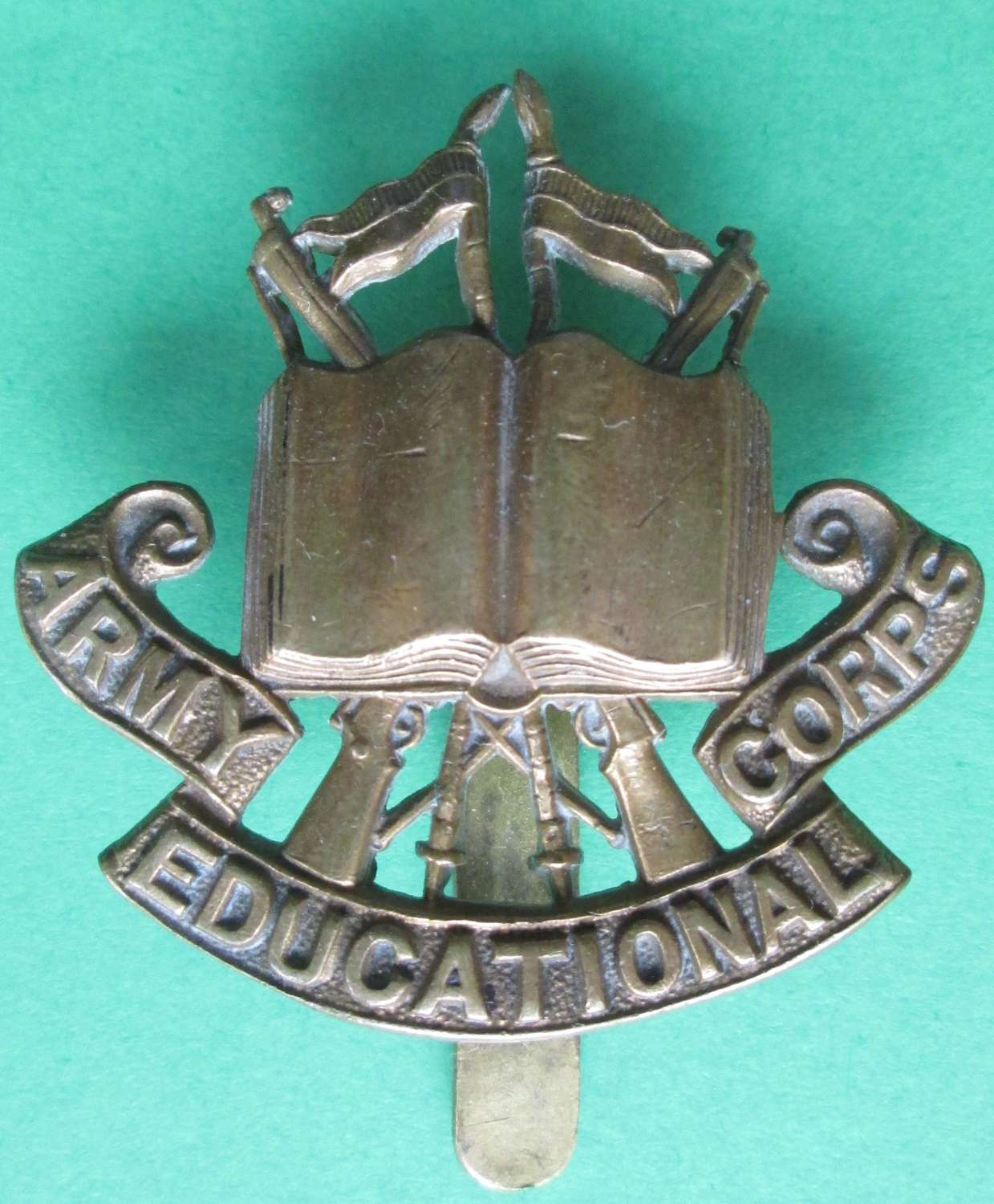 AN ARMY EDUCATIONAL CORPS CAP BADGE