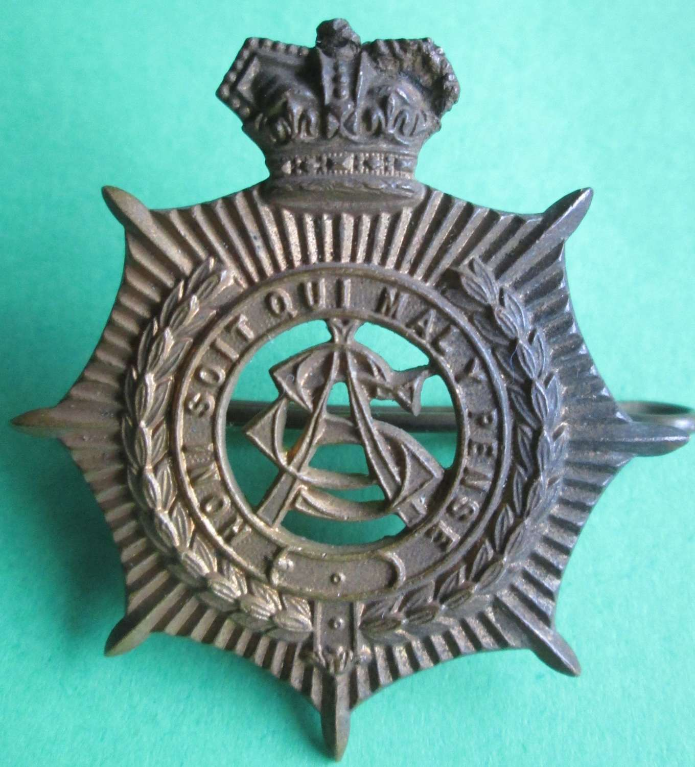 A VICTORIAN ARMY SERVICE CORPS CAP BADGE